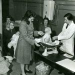 Black and white photo of a postnatal check-ups at a clinic in Dagenham (c. 1945)